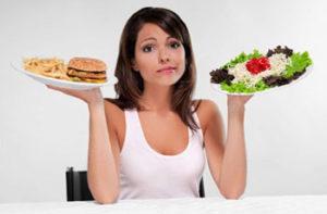 девушка выбирает между вредным и здоровым питанием