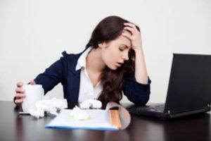 девушка нервничает на работе