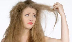 девушка держит сухие волосы