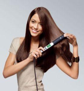 девушка ровняет волосы