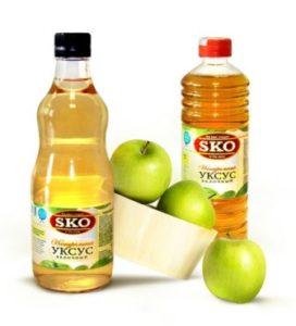 яблочный уксус в бутылках и яблоки