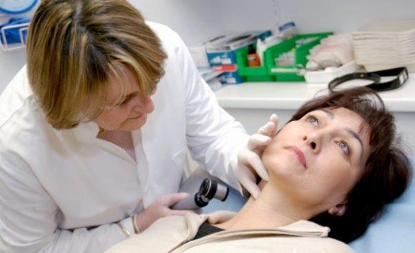 специалист осматривает пациента