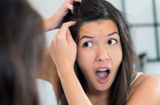 Девушка осматривает кожу головы