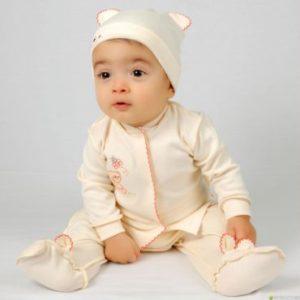 малыш в бежевом костюме