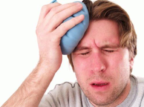 мужчина прикладывает холодный компресс к голове