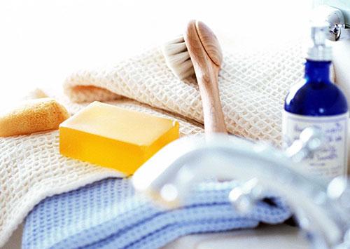 мыло, полотенце и щетка для купания