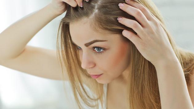 девушка смотрит кожу головы