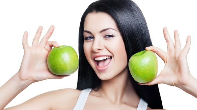 девушка держит яблоки