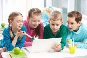 школьники смотрят нетбук