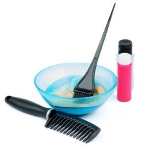 краска для волос в миске и инструменты для покраски волос