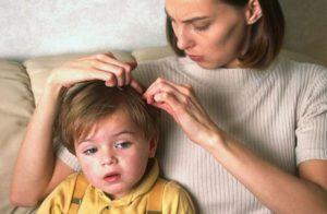 мать изучает волосы ребенка