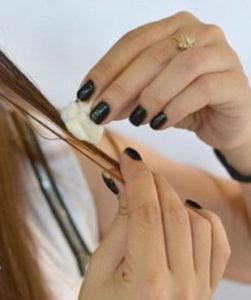 нанесение керосина ваткой на волосы