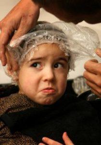 девочка в полиэтиленовой шапочке