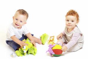 два мальчика играют