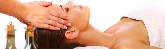 Девушке делают массаж головы
