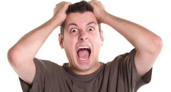 мужчина кричит от стресса