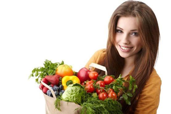 девушка держит свежие овощи