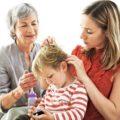 мама и бабушка лечат ребенка от вшей
