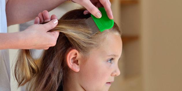 девочке вычесывают волосы