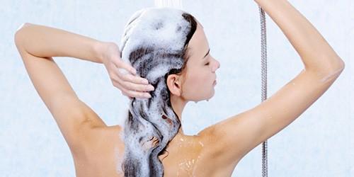 девушка моет голову под душем