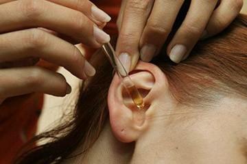 закапывание ушного прохода лекарством