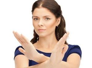 Женщина с перекрещенными руками