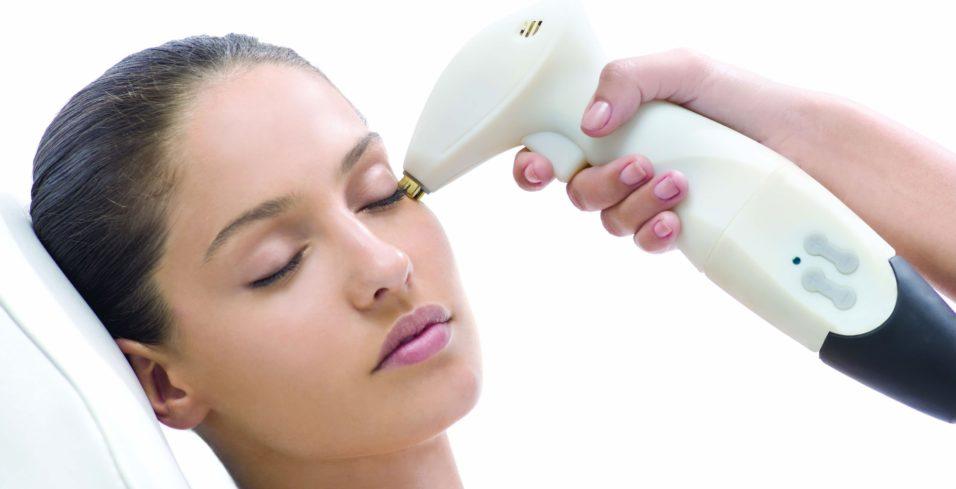 девушке чистят кожу лица