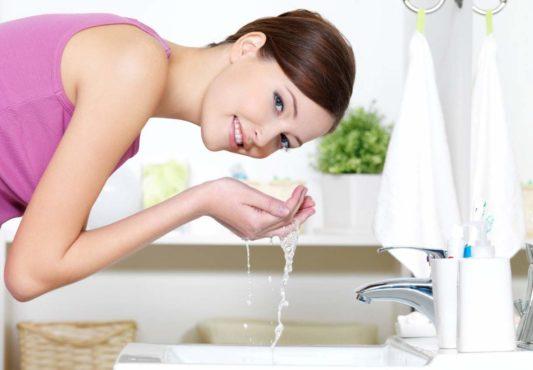 девушка умывается водой