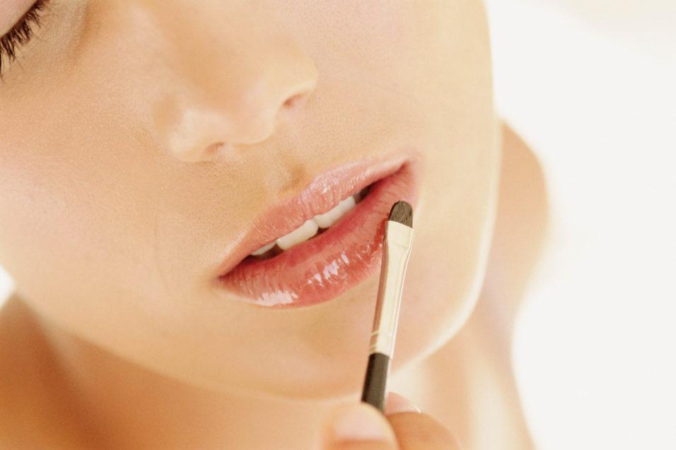 покрытие блеском губ