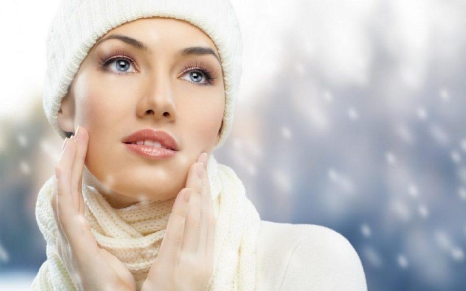 девушка и летящий снег