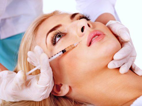 девушке проводят инъекции под кожу