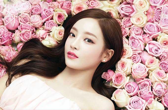 восточная девушка в розах