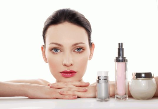 девушка и средства для кожи лица