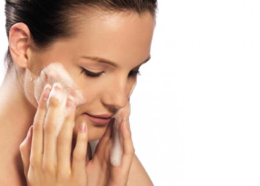 молодая женщина покрывает пеной лицо
