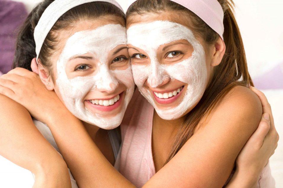 две девушки с косметическими масками на лице