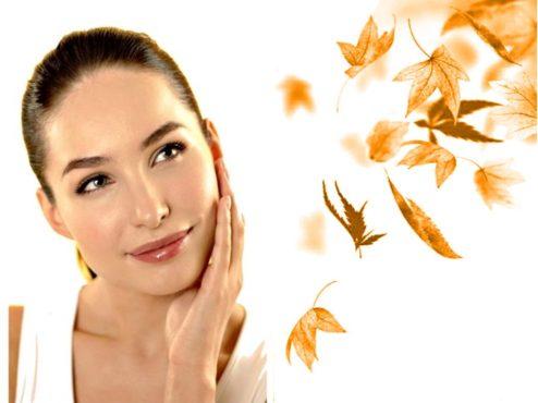 женщина в осенних листьях