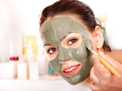 женщина делает маску из глин