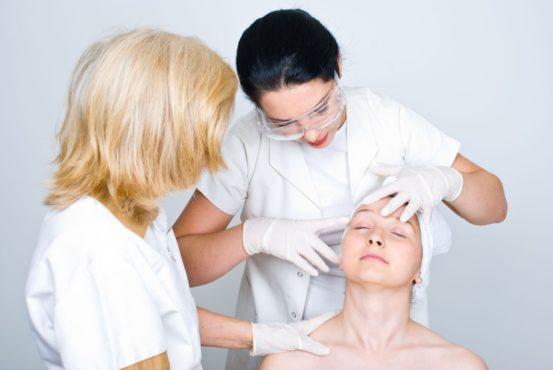 девушка на осмотре у косметологов