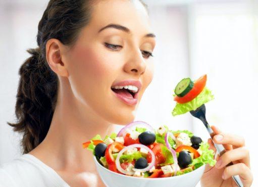 девушка ест греческий салат