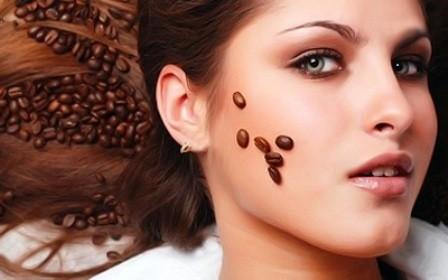 девушка с зернами кофе на лице