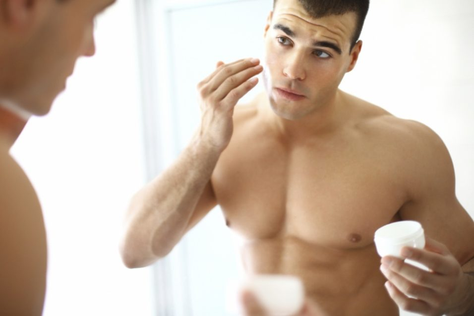 мужчина мажет лицо кремом