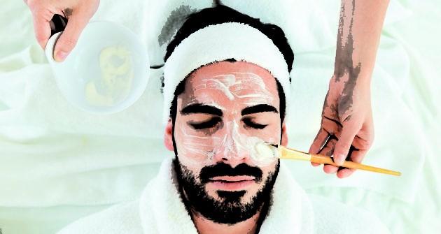 мужчине делают маску на лице