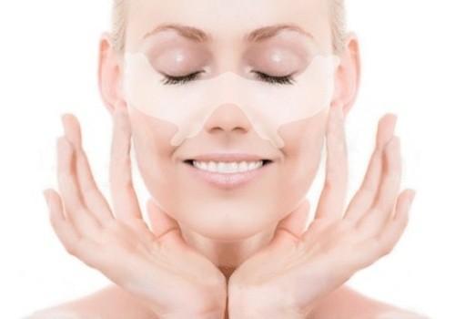женщина делает маску для кожи век