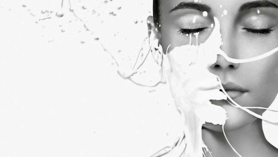 молоко на лице у девушки