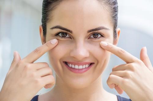 складки у глаз женщины