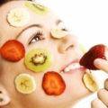 девушка с фруктами на лице