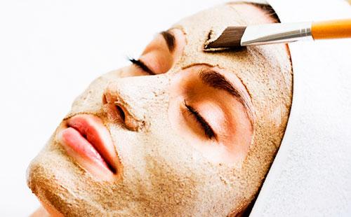 девушка с коричневой маской на лице