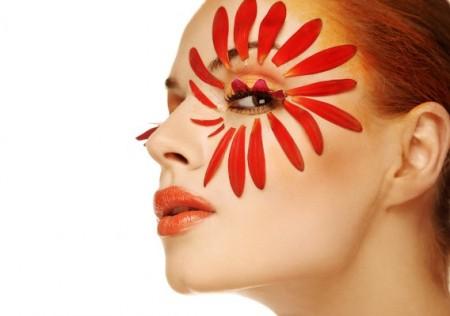 женщина с лепестками цветов вокруг глаз