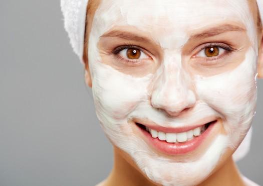 маска на лице у девушки