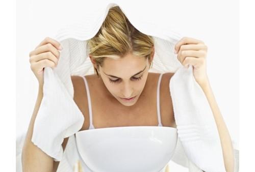 женщина накрывается полотенцем